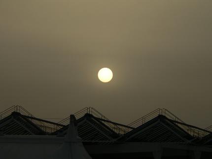 El sol amanece en Barcelona.
