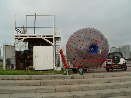 La bola y la plataforma de lanzamiento.