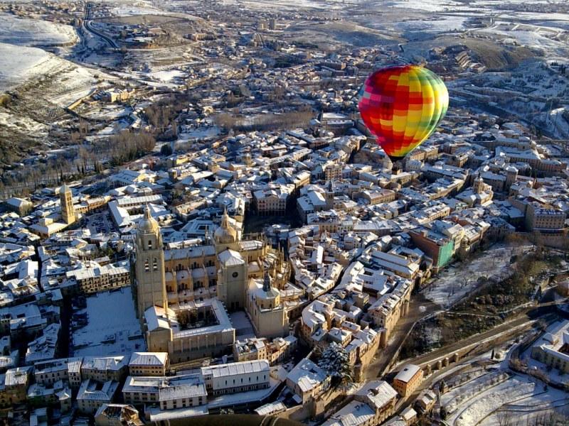 Vuelo sobre Segovia nevada