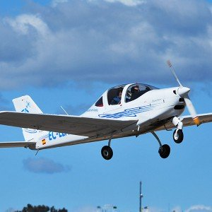 Fly a light aircraft in Navalcarnero (Madrid)