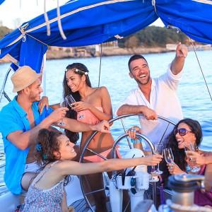 Salida privada amig@s en velero en Barcelona