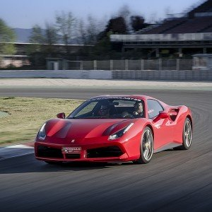 Conducir un Ferrari 488 en circuito en Monteblanco 3,9km (Huelva)