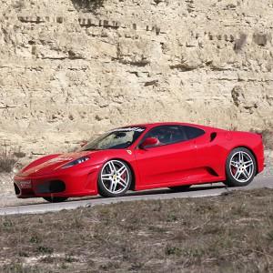 Ferrari en carretera en Alcañiz (Teruel)