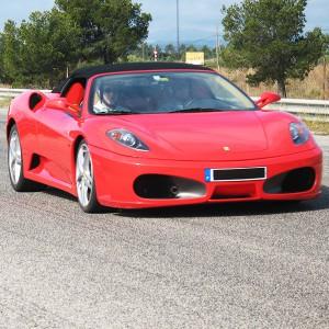 Ferrari en carretera en Cheste (Valencia)