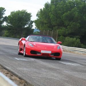 Ferrari en carretera en Zaragoza