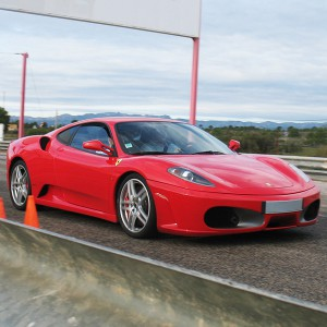 Ferrari en carretera en Tubilla del Lago (Burgos)