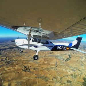 Pilotar una avioneta con acompañante en Requena (Valencia)